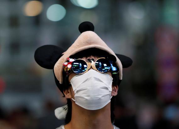 Chico disfrazado con mascarilla.