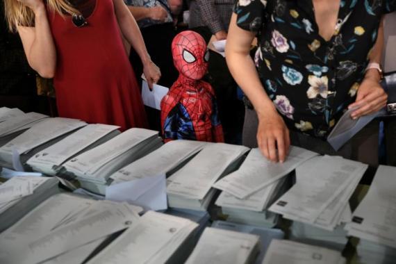 Un niño disfrazado de Spider-Man durante las elecciones de mayo de 2019.