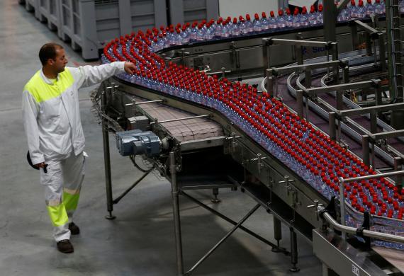 Empleado en una fábrica de la marca de agua mineral Evian, parte del grupo Danone