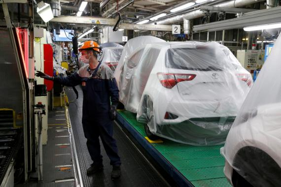 Un empleado en una planta de Toyota en Onnaing, Francia
