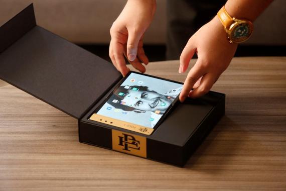 El Fold 1, el móvil flexible lanzado por la familia de Pablo Escobar