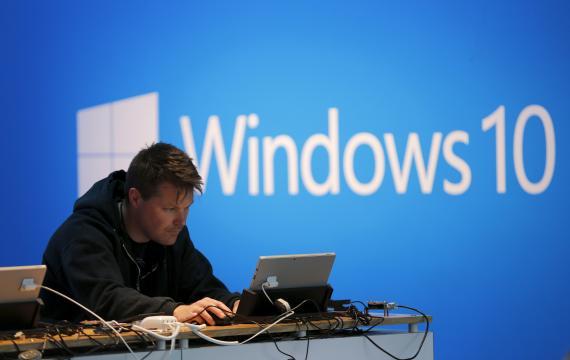 Un hombre trabajando con Windows 10