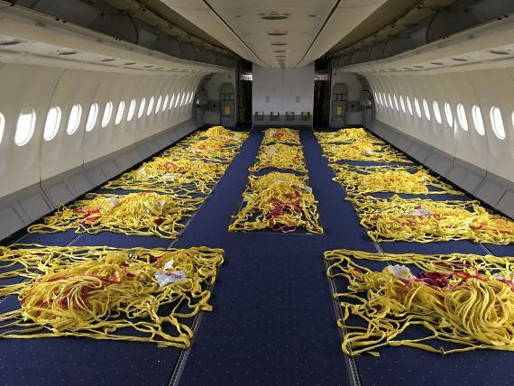 Un avión de Iberia con los asientos retirados para transportar carga.