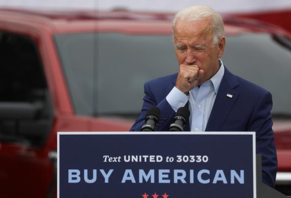 Joe Biden, candidato demócrata de Estados Unidos, tosiendo.