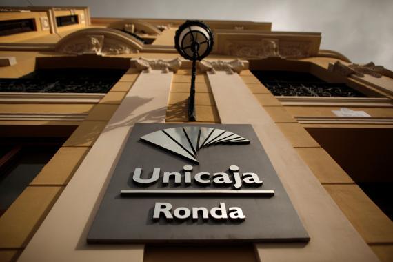 El logo de Unicaja en una sucursal de Ronda