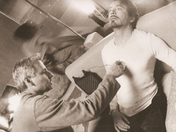 El maestro del atrezzo Russell Bobbitt y el actor Robert Downey Jr.