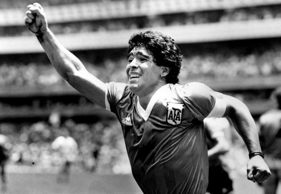 Maradona en la semifinal contra Inglaterra en el Mundial de 1986 celebrando el gol.