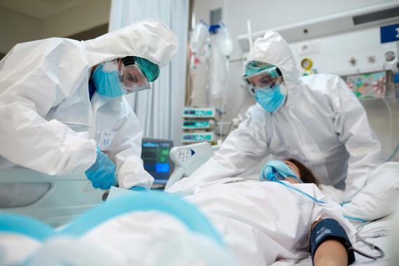 Médicos tratando a un paciente con coronavirus en el hospital.