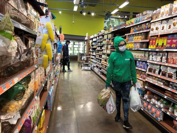 mujer comprando supermercado, coronavirus