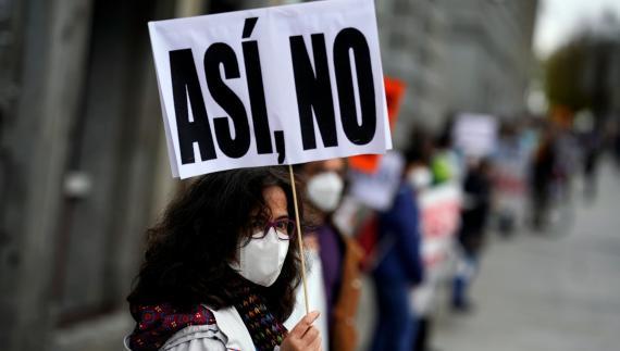 Una mujer protesta contra los recortes en Sanidad durante la pandemia de coronavirus