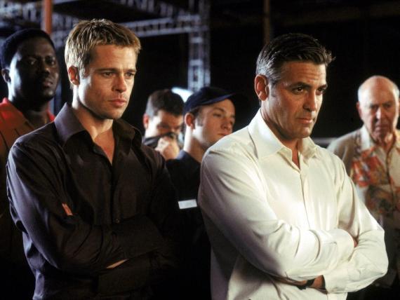 (De izquierda a derecha) Brad Pitt y George Clooney en 'Ocean's Eleven'.