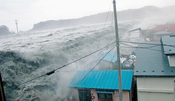 Una ola golpea varias casas en el este de Japón durante el tsunami de 2011