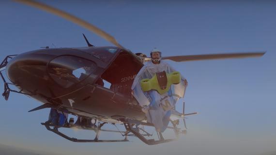 Peter Salzmann se lanza desde el helicóptero con el traje de alas eléctrico