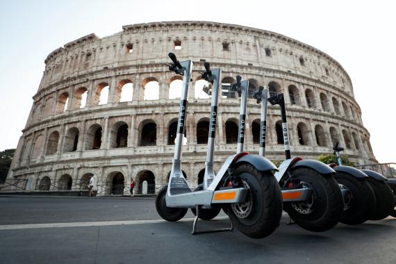 Patinetes de Bird frente al Coliseo de Roma, en Italila.