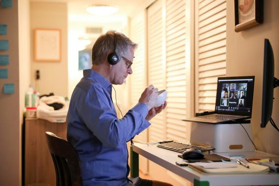 Persona teletrabajando en Nueva York (EEUU).