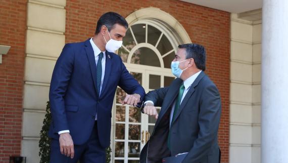 El presidente del Gobierno, Pedro Sánchez, y el portavoz del PNV en el Congreso, Aitor Esteban