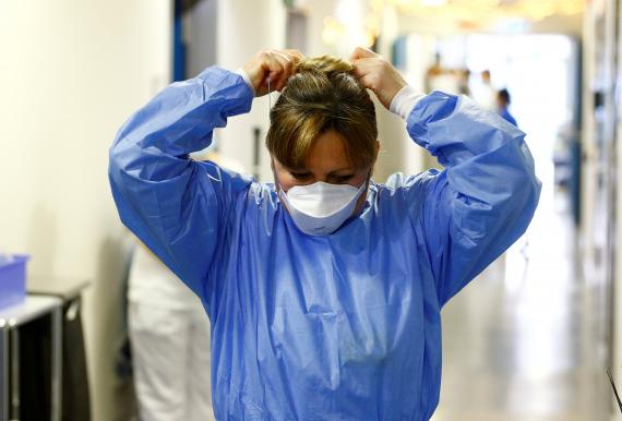 Profesional sanitario en el hospital de Zurich durante la pandemia de coronavirus