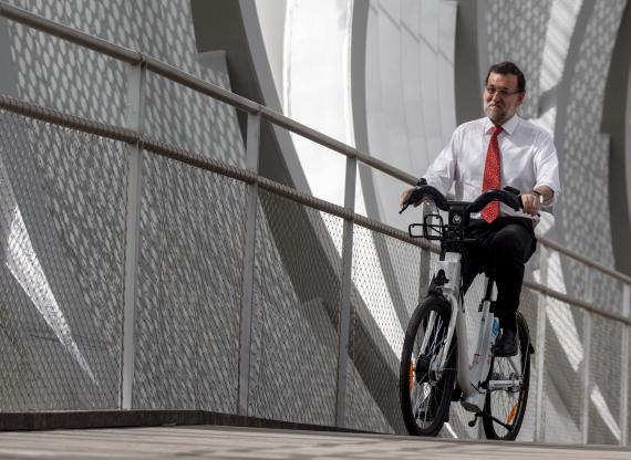 El expresidente del Gobierno Mariano Rajoy en una bicicleta del sistema público BiciMad, en 2015.