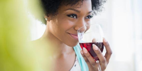 Según un estudio, el vino tinto es el alcohol que más provoca migrañas.