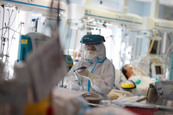 Sanitarios italianos vestidos con trajes protectores durante la pandemia del coronavirus