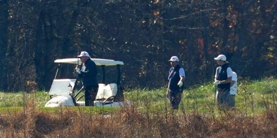 El presidente Donald Trump participa en un partido de golf en el Campo Nacional de Golf Trump el sábado 7 de noviembre de 2020, en Sterling, Virginia.