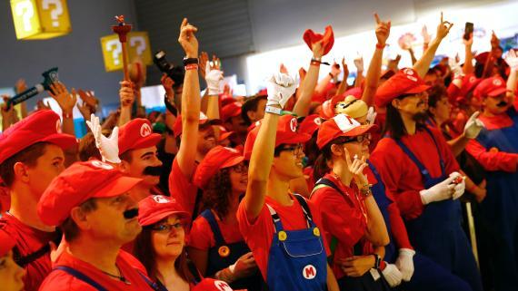 Varias personas disfrazadas de Super Mario en Alemania durante 2015.