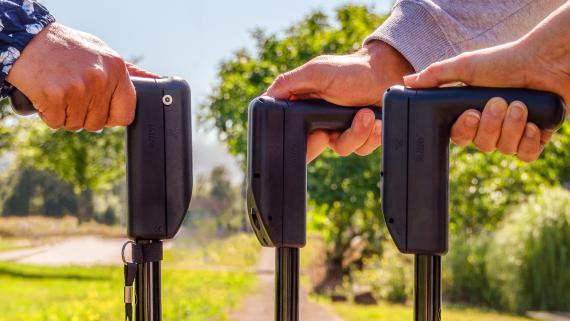 Varios usuarios sujetan bastones Pauto.