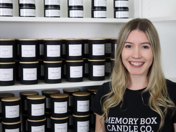 Erica Boucher hace vídeos sobre cómo elabora sus velas artesanales.