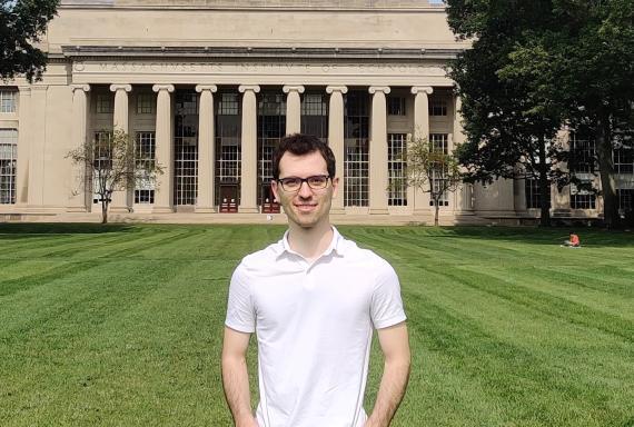 El ingeniero aeroespacial e informático Aleix Paris delante del Instituto Tecnológico de Massachusetts (MIT), en Cambridge, Massachusetts.