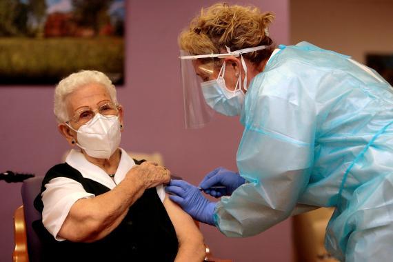 Araceli Hidalgo Sánchez, primera vacunada del COVID-19 en España