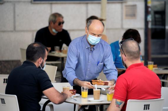 Un camarero sirve en una terraza de Madrid en julio de 2020..