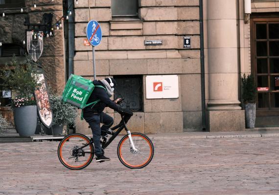 Un repartidor de Bolt Food en Riga, Letonia, durante la pandemia del coronavirus.