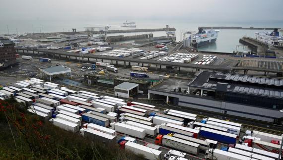 Cientos de camiones esperan para embarcar en el puerto británico de Dover