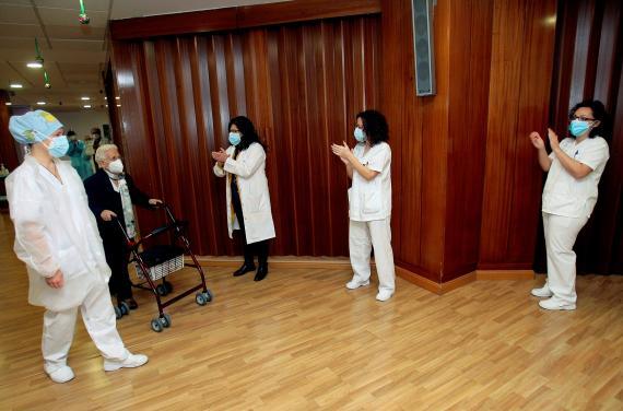 Araceli y Mónica son aplaudidas tras recibir las primeras vacunas en España.