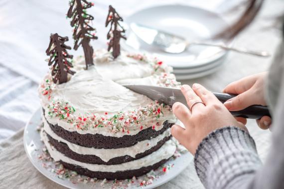 Cortar la tarta de Navidad.