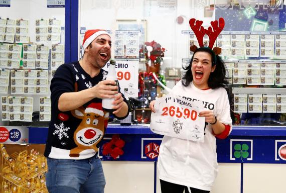 Dos propietarios celebran la venta del billete ganador del Gordo en 2019.