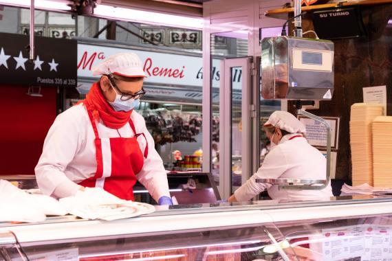 Dos mujeres trabajan en una carnicería.