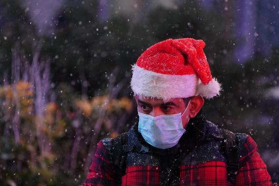 Hombre con gorro de Papá Noel, durante la Navidad en pandemia.