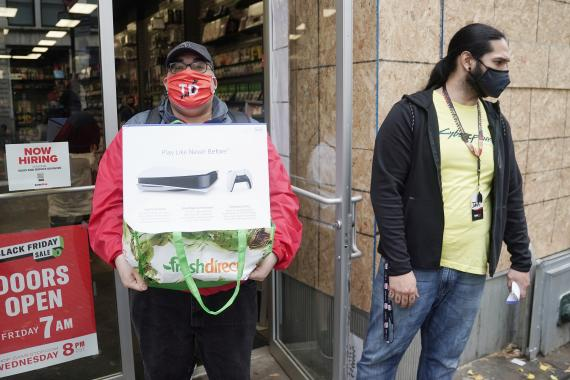 Un hombre posa con una PS5