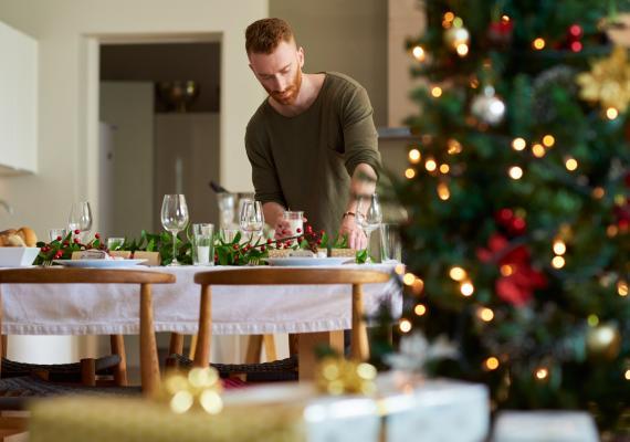 hombre preparando la mesa para Navidad