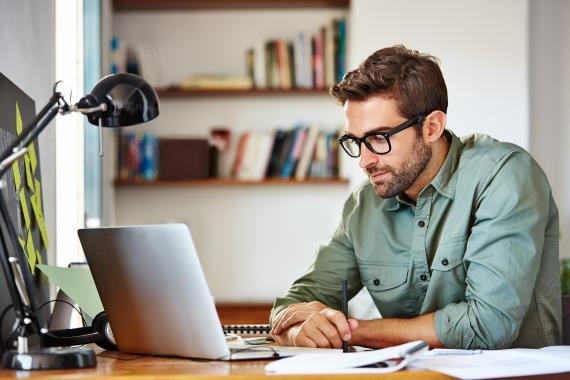 Hombre trabajando en el ordenador