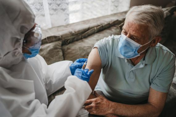 Hombre vacunándose contra el coronavirus.