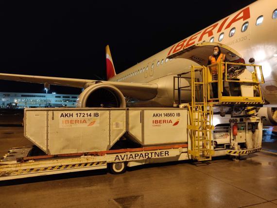 Un avión de Iberia trae vacunas del coronavirus desde Bruselas.