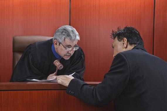 Un juez habla con el abogado durante un juicio