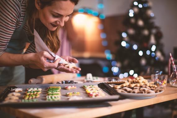 mujer cocinando en Navidad