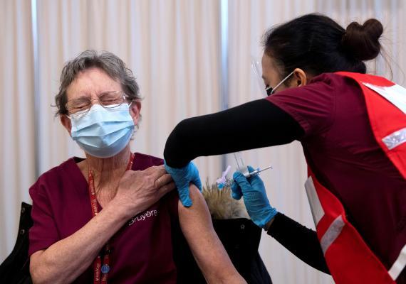 Una mujer recibe recibe la vacuna Pfizer-BioNTech contra COVID-19.