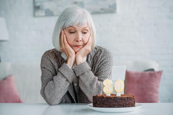 Una mujer sola celera su 80 cumpleaños.