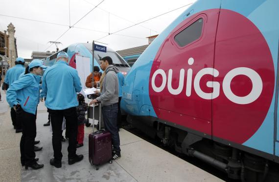 Empleados de Ouigo ante uno de sus trenes en Marsella, Francia.