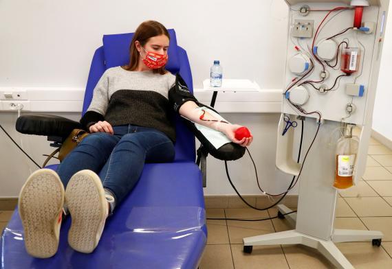 Paciente de coronavirus recibiendo plasma sanguíneo