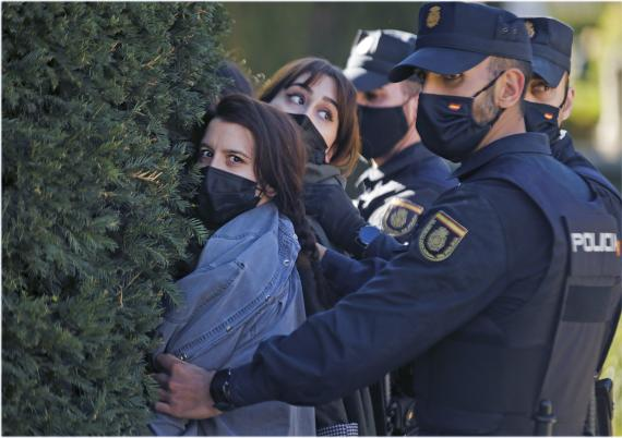 Policía reteniendo a una civil
